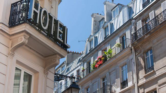 Hotel con fachada típica parisina