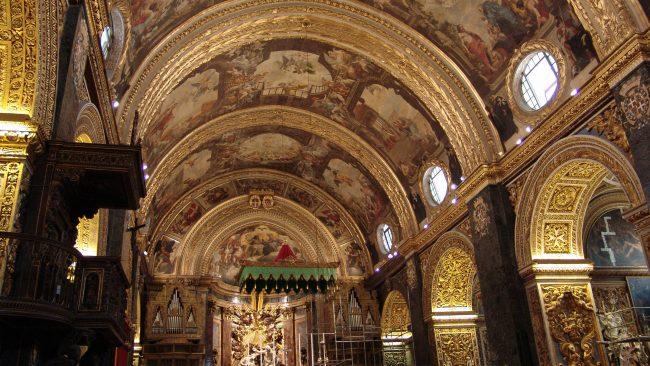 Interior da igrexa de San Agustín en La Valeta, Malta