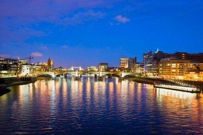 Inglaterra el Río Tamesí desde el puente del Milenio