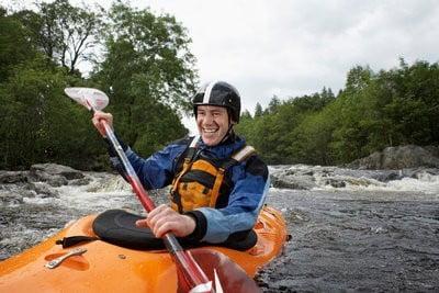 kayaking deportista con el equipo necesario