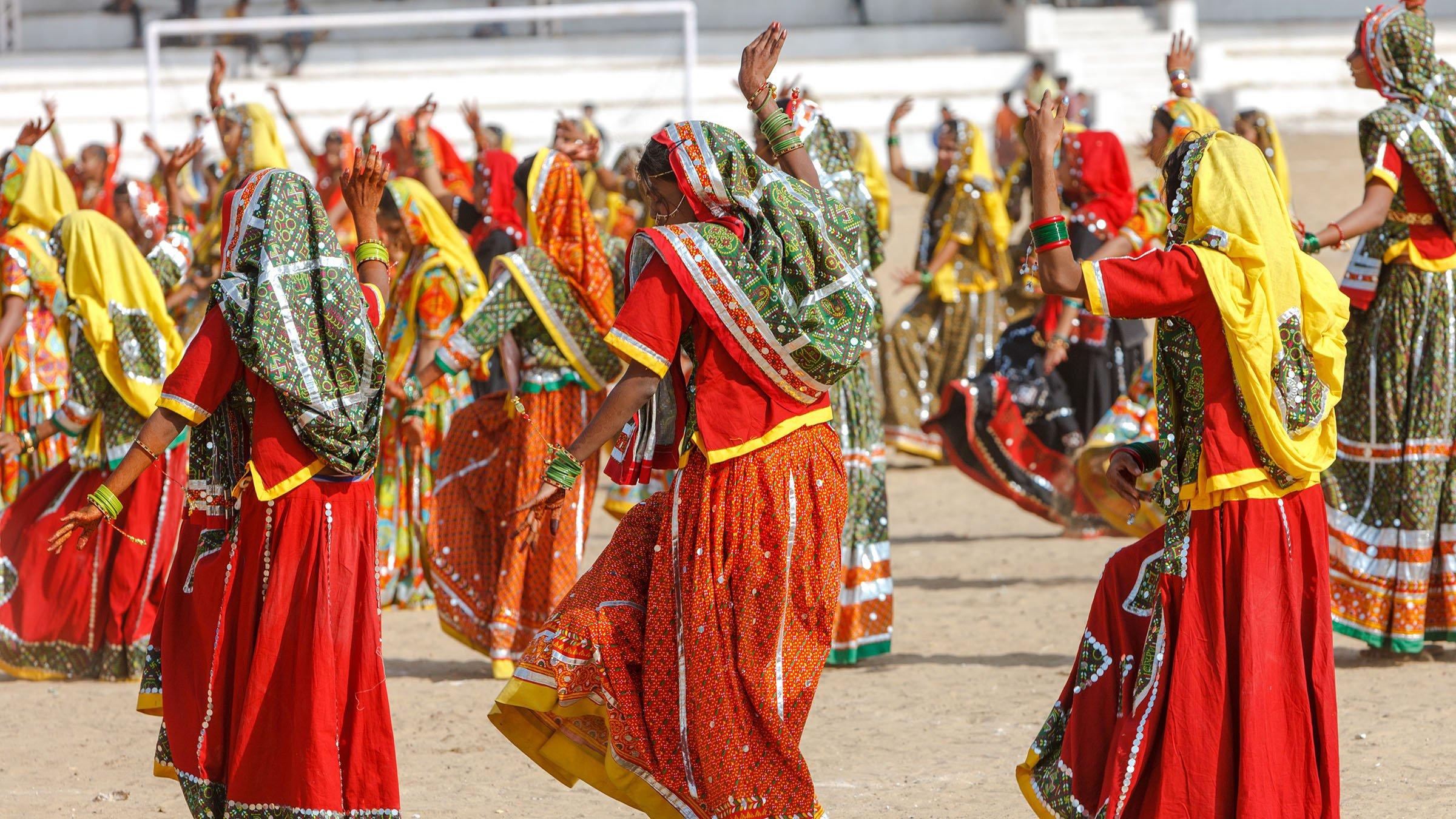Resultado de imagen para s tradicionales lo recibió con bailes y música autóctonos.