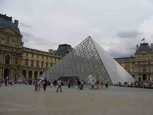 la-emblematica-piramide-del-louvre