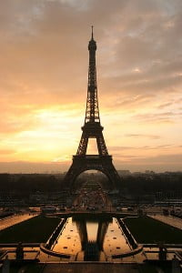la torre eiffel paris atardecer