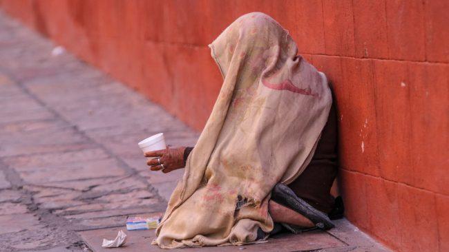 Indigente pidiendo dinero en las calles de México.