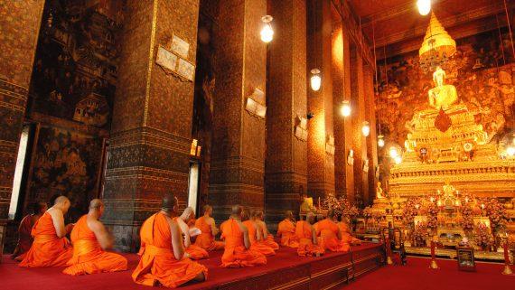 Monjes budistas en el Templo del Buda Reclinado (Bangkok, Tailandia)