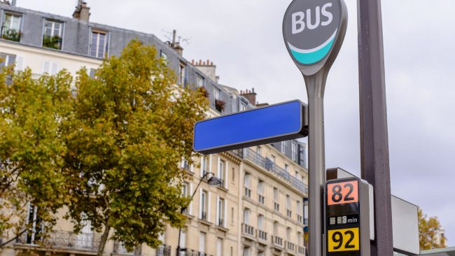 Mit dem Bus durch die Stadt Paris fahren