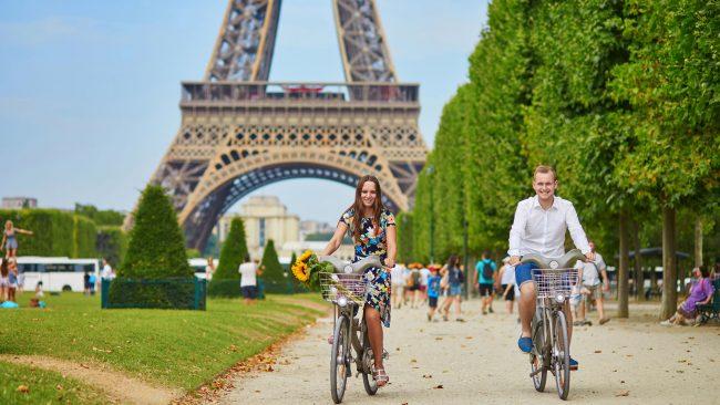 Mit dem Fahrrad durch Paris fahren