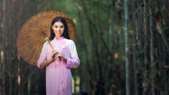 Mujer china en qipao de manga larga