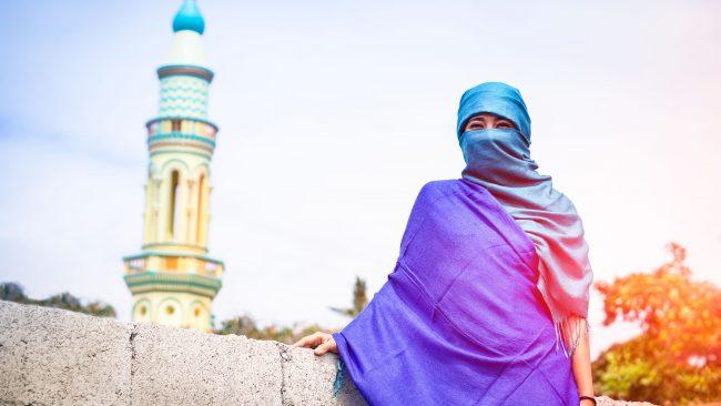 Mujer con pañuelo islámico típico