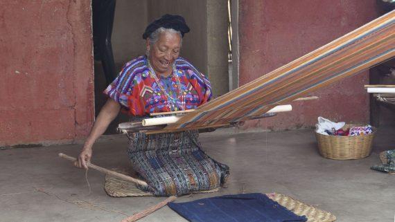Mujer tejiendo en telar de palitos (Guatemala)