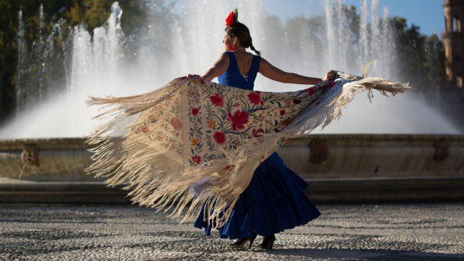 Mujer vestida de flamenca con Mantón de Manila