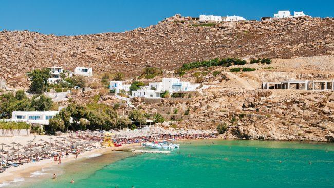 Vistas de la playa Super Paradise en Mykonos, Grecia