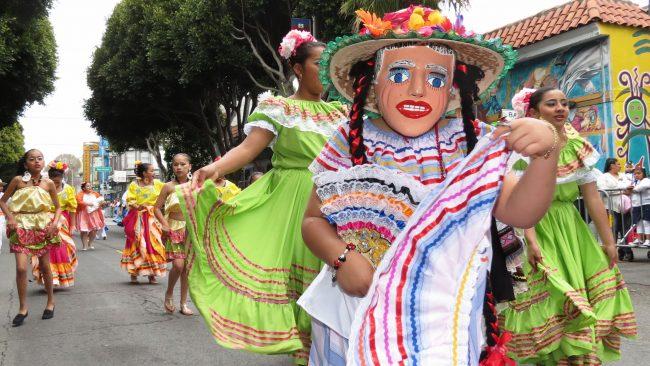 Niña disfrazada con el Traje de Trencilla de Nicaragua