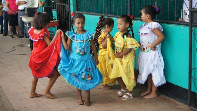 Niñas vestidas con uno de los trajes típicos de Nicaragua
