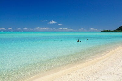 paisajes de playa personas en el agua