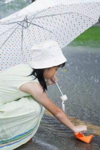paisajes lluviosos jugando bajo la lluvia