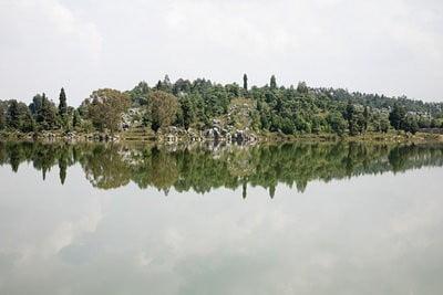 paisajes naturales bosque de piedra y lago.