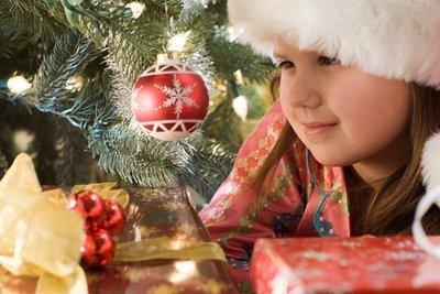 paisajes navideños niña con regalos