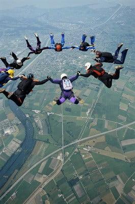paracaidismo grupo en el aire