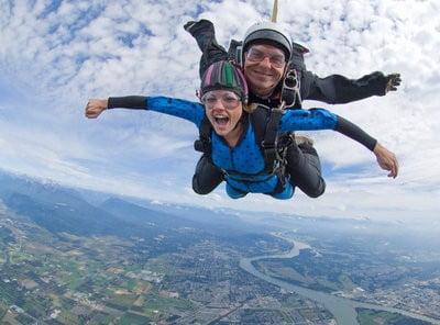 paracaidismo lanzandose con un instructor