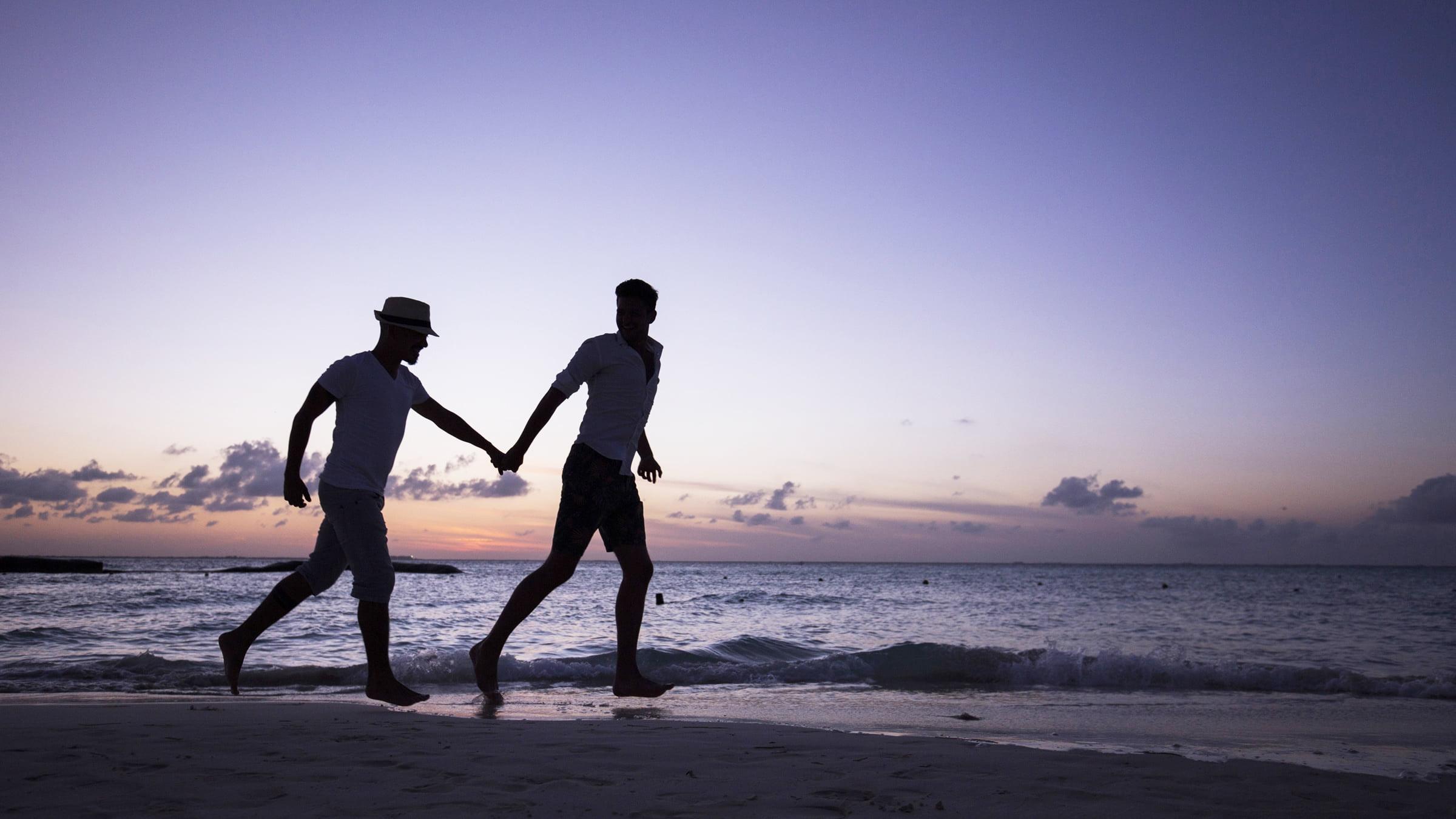 Pareja gay disfrutando en la playa