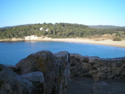 Playa Castell en la Costa Brava