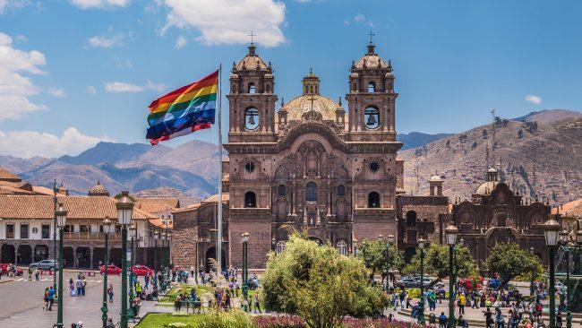 Plaza de las Armas del Cuzco con la bandera inca ondeando