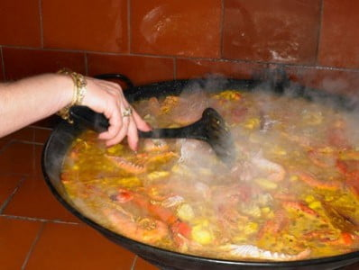 preparando la paella con mariscos