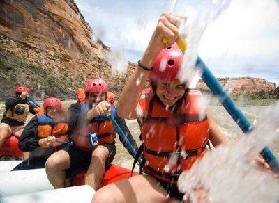 rafting en cantabria deportistas en acción