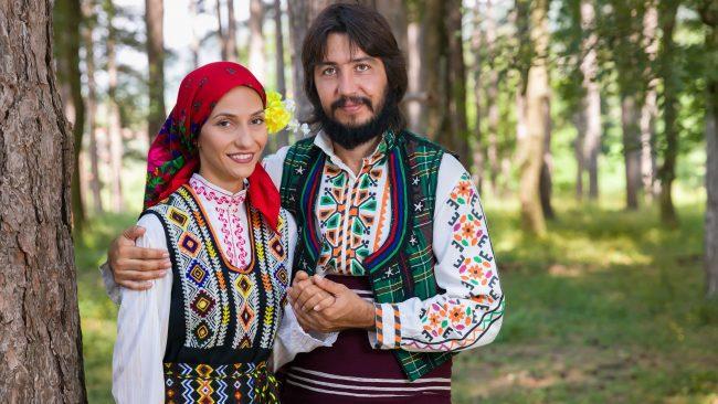 Ropa típica de Bulgaria para hombre y mujer