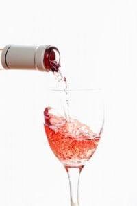 sirviendo vino rosado
