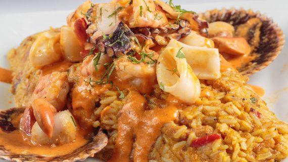 Tacu-tacu cubierto de salsa de mariscos