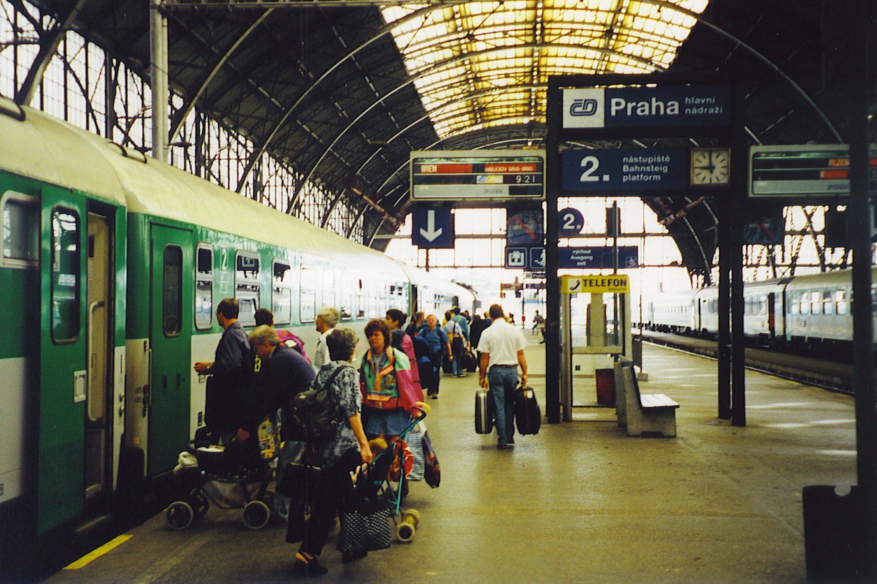 Ejecutiva De Viajar Personas En El Aeropuerto De: Trenes A Praga