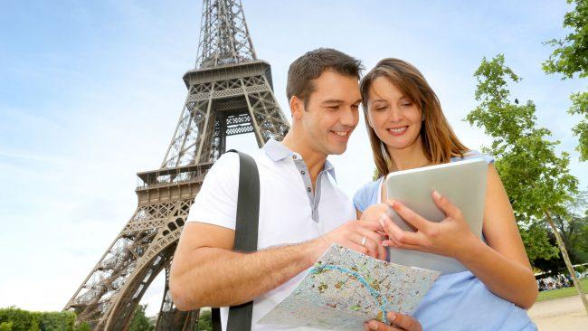 Turistas utilizando una guía de viajes digital