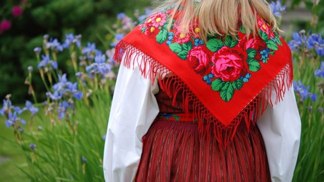 Vestimenta tradicional de la fiesta Midsommar en Suecia