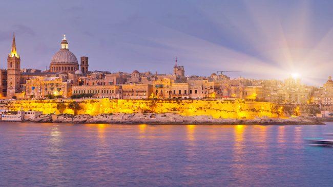 Vida nocturna en las calles de La Valeta, Malta