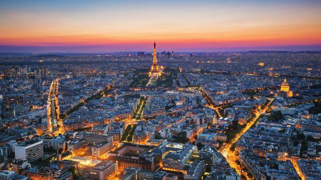 Luftaufnahme von Paris bei Einbruch der Dunkelheit