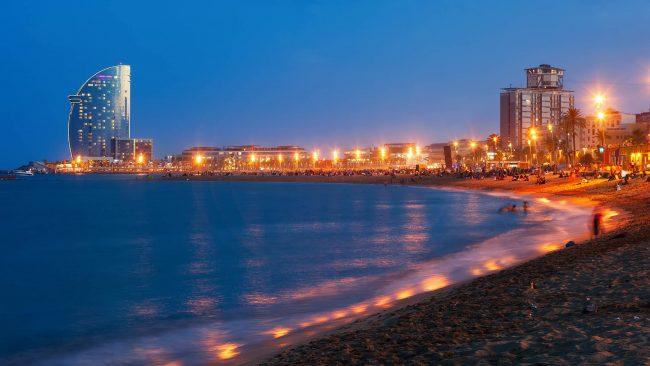 Vista nocturna de la playa de la Barceloneta