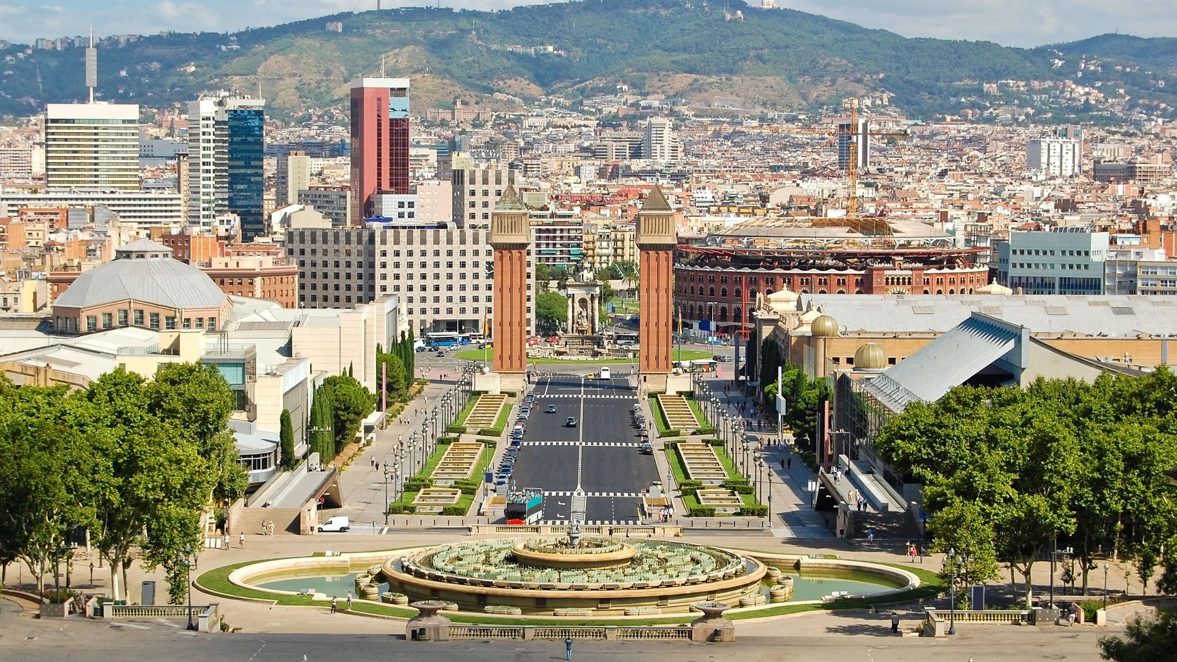 Vistas de la ciudad de barcelona desde el montju c for Hoteles familiares en barcelona ciudad