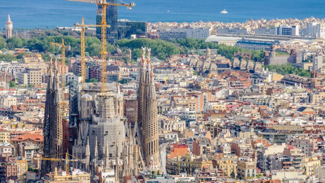 バルセロナのサグラダファミリアの亡命教会の眺め